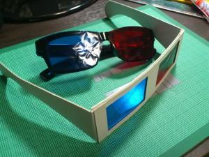 3Dメガネ並ぶ